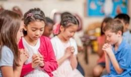 [e-News] Grupos de estudo da Bíblia crescem enquanto clubes satânicos fecham nas escolas dosEUA